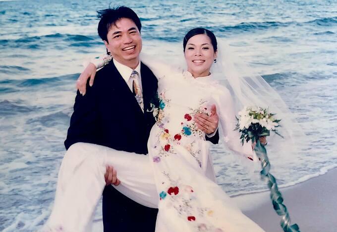 Ca sĩ Mỹ Lệ kỷ niệm 16 năm ngày cưới và hài hước nói: Ổng lời to còn mình lỗ nặng, may có được 3 cục vàng vớt vát.
