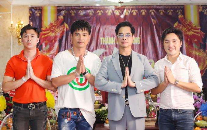 Ca sĩ Hồ Việt Trung (áo cam) cùng các đàn anh biết ơn Tổ nghiệp đã phù hộ họ gặt hái nhiều thành công trong sự nghiệp nghệ thuật.