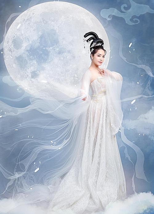 Ca sĩ - diễn viên Nhật Kim Anh hóa Hằng Nga nhân dịp Trung thu.