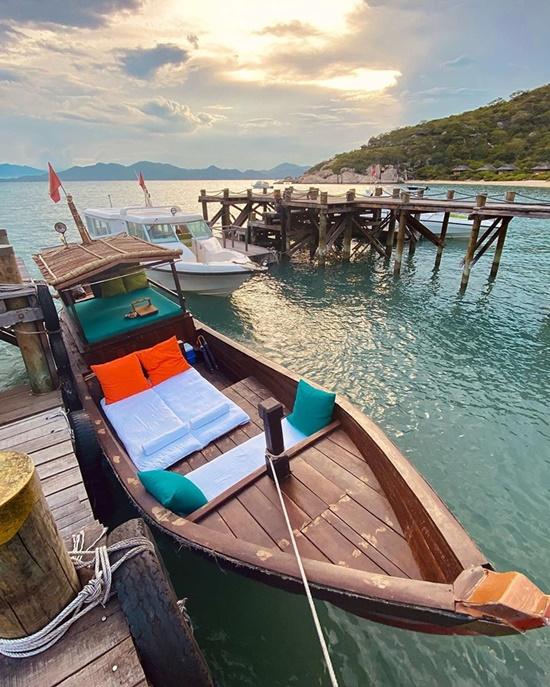 Kỳ Duyên, Minh Triệu chill trên thuyền gỗ giữa biển - 2