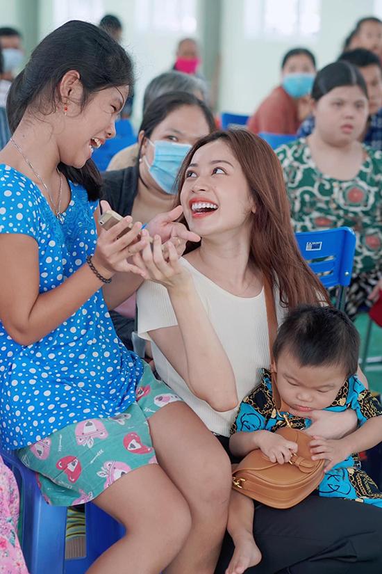 Trước đó, cô ăn mặc giản dị, gửi tặng 700 phần quà cho mọi người. Chi Pu cũng ghé thăm bệnh viện ở Tây Ninh để thăm hỏi và trao quà cho các bệnh nhân. Chi Pu nói: Một nụ cười có thể thay đổi một ngày, một cái ôm có thể thay đổi một tuần, một lời nói có thể thay đổi một cuộc sống.