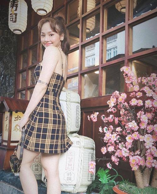 Khi diện váy hai dây họa khoe vai thon và dáng gọn gàng, Miu Lê chọn thêm mẫu túi mini của Louis Vuitton để phối đồ.