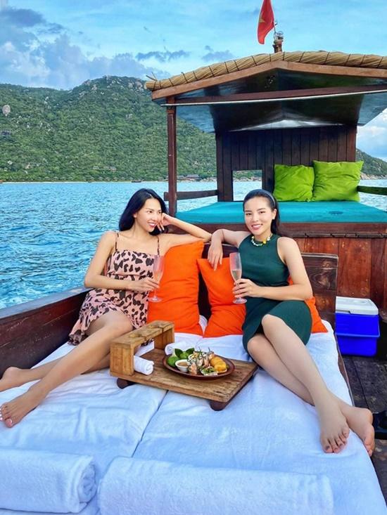 Kỳ Duyên, Minh Triệu chill trên thuyền gỗ giữa biển