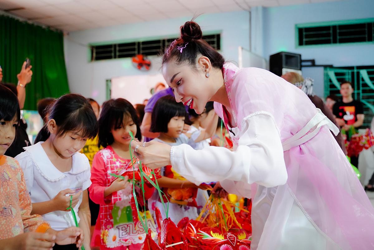 Khả Như hóa chị Hằng trong chương trình Ngày May Mắn tại mái ấm Kim Chi - nuôi dạy 200 trẻ em mồ côi thuộc trường Bồ Đề Phương Duy. Khả Như chia sẻ: 'Hi vọng mọi người có trách nhiệm hơn đối với các trẻ em quá thiếu tình thương này'.