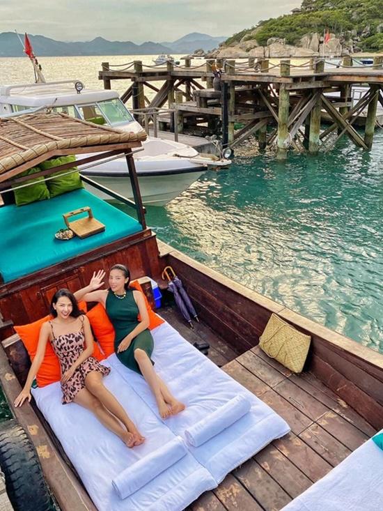 Kỳ Duyên, Minh Triệu chill trên thuyền gỗ giữa biển - 8