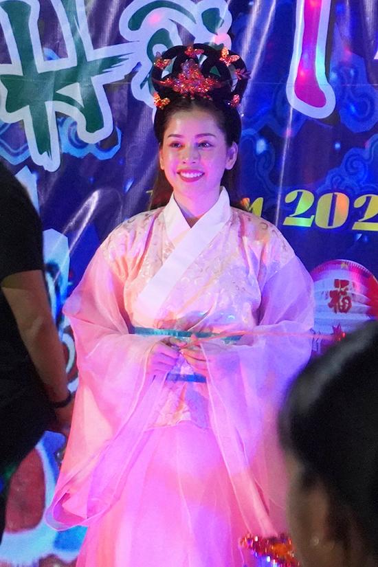 Chi Pu hóa chị Hằng, tổ chức đêm Trung Thu cho bà con, trẻ em ở xã Hòa Phú, tỉnh Phú Yên. Nữ ca sĩ hát tặng khán giả, cùng các em nhỏ xem múa lân, chơi trò chơi,  Thiếu nhi ùa lên sân khấu để đứng gần chị Hằng xinh đẹp.