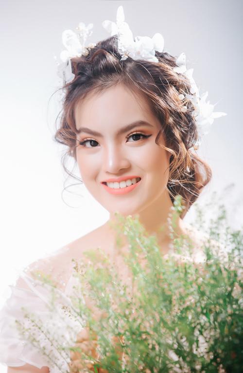 Chuyên gia lựa chọn tông màu cam đào cho đôi môi, giúp tôn làn da sáng trong, vẻ đáng yêu của cô dâu mới.