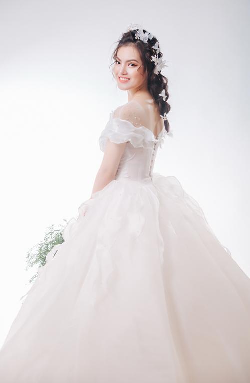 Cô dâu có thể chọn kiểu tóc tết đính hoa hoặc tóc tết lệch điểm một vài bông hoa nhỏ, kẹp lấp lánh.