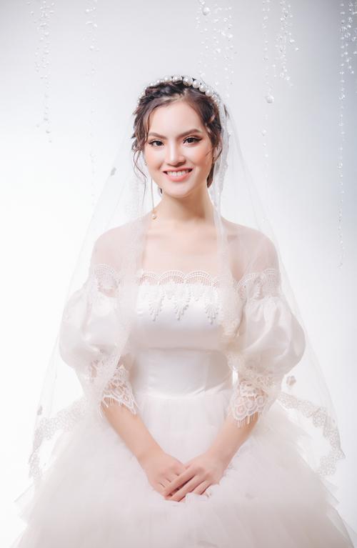 Đầu mùa thu, chuyên gia trang điểm Duyên Nguyễn gợi ý cô dâu về xu hướng trang điểm nhẹ nhàng, nữ tính theo phong cách làm đẹp của nữ giới Hàn Quốc.