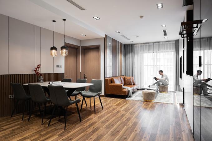 Bằng việc tinh gọn căn hộ với đường nét đơn giản, ít chi tiết, căn hộ thông thoáng, có bố cục chặt chẽ hơn. Giá trị thẩm mỹ của căn hộ được gia tăng nhờ sự tương phản mạnh về màu sắc đen trắng, có thêm sự kết hợp của màu nâu gỗ trầm, màu vàng ánh kim.