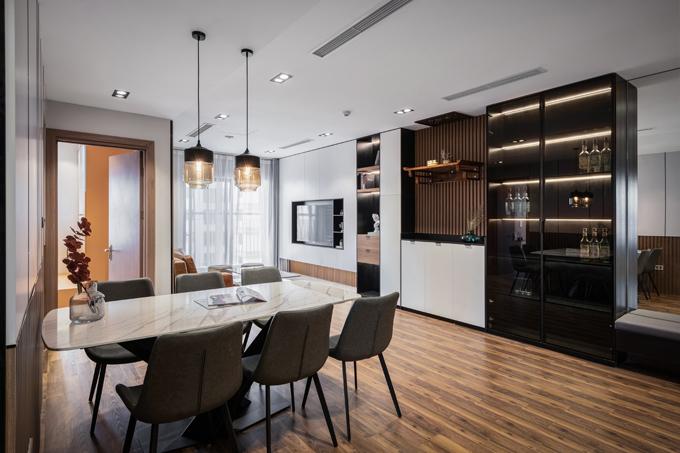 Sự phối hợp chất liệu được tính toán chặt chẽ. Hệ tủ dài với chất liệu kết hợp gỗ - kính đen.