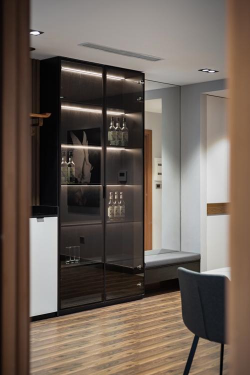 Tủ kính đựng rượu được lắp đặt hệ ánh sáng bên trong, giúp tạo sự sang trọng, đem lại tiện ích cho người dùng.