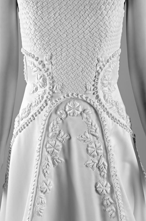 Tác phẩm váy cưới giống một bức tranh hoa cỏ mùa thu, với họa tiết vải đan cài, hoa nổi chần bông.