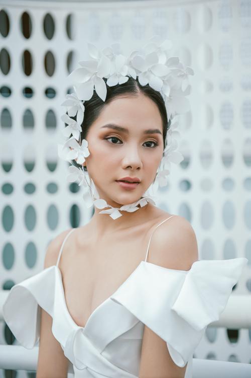 Anh và đội ngũ của mình áp dụng kỹ thuật xử lý chuyên môn cầu kỳ để áo cưới không chỉ là trang phục mà mang ý nghĩa một món quà cho ngày trọng đại, là kỷ vật của tình yêu vĩnh cửu.
