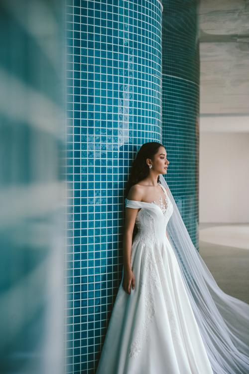 Sự tài tình của NTK nằm ở việc xử lý khéo léo các chất liệu, đắp ren sao cho toát lên vẻ tinh tế, tôn nét đẹp của cô dâu.