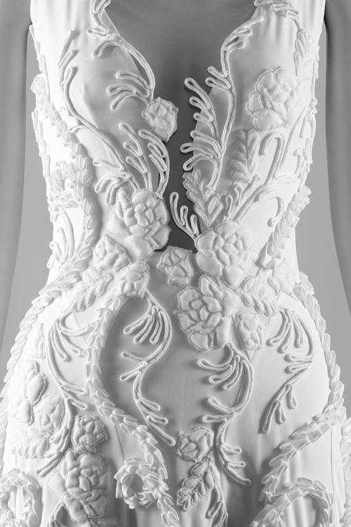Một chiếc váy khác với tạo hình khối hoa 3D từ vải, kết hợp kỹ thuật xử lý hoa nổi chần bông.