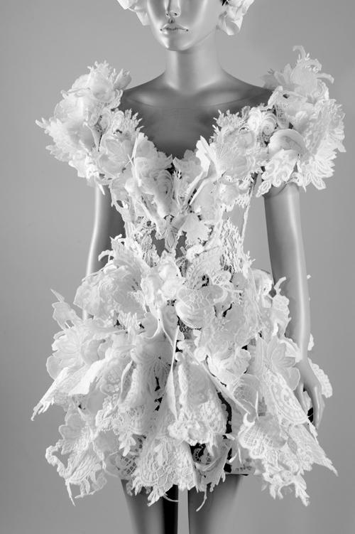 Trương Thanh Hải giới thiệu váy cưới ngắn với cấu trúc phá cách. Ren hoa được đính, đắp nổi khối trên bề mặt vải là điểm đặc sắc của bộ đầm.
