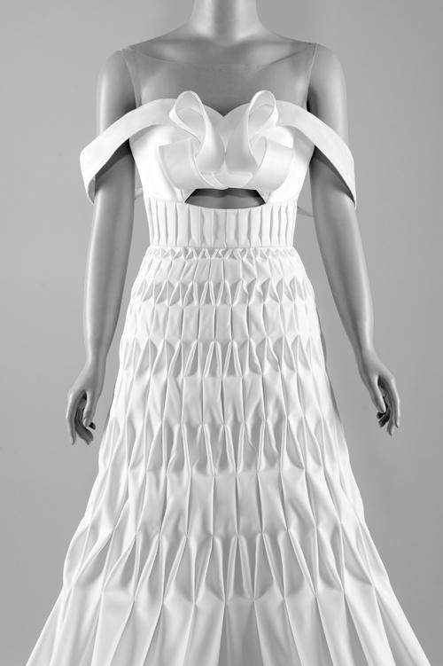 Nhờ kỹ thuật smocking tạo độ nhún, xếp nếp trên bề mặt vải, chiếc váy cưới có hiệu ứng 3D riêng biệt. Đây là sáng tạo mới nhất của Trương Thanh Hải dành cho cô dâu trong mùa cưới. Ngực áo được tạo hình xoắn, giúp cô dâu có trang phục ấn tượng.