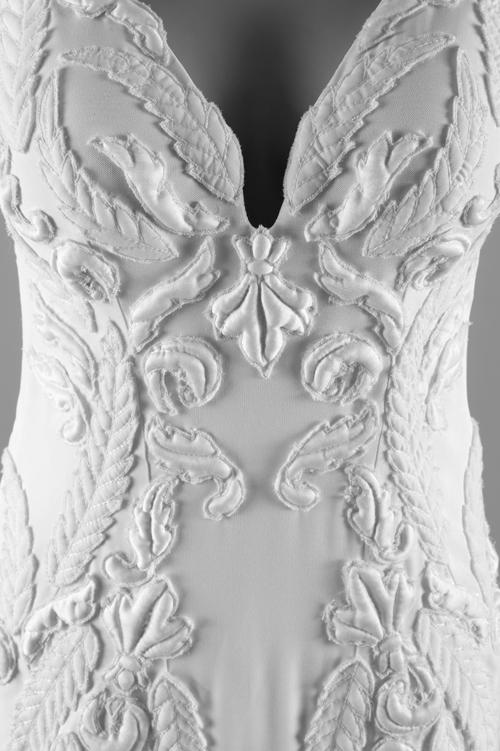 Váy cưới có hoa nổi chần bông là sáng tạo mới nhất từ NTK thời trang lâu năm. Từng hoa văn váy đều gợi nhắc tới kiến trúc thời kỳ phục hưng.