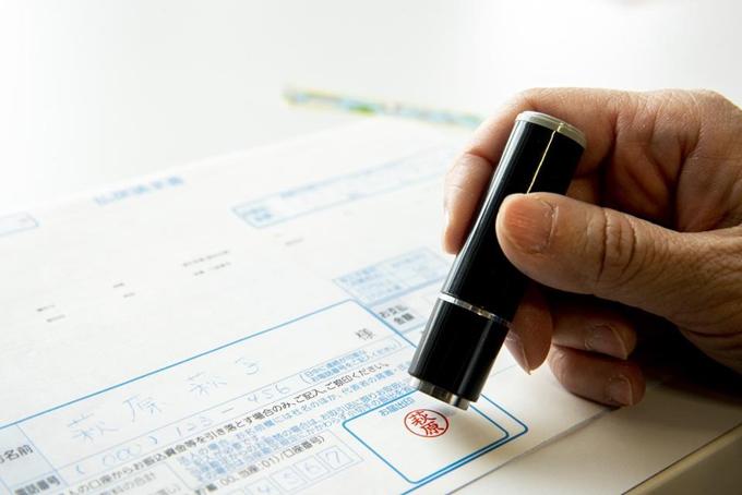 Văn hóa đóng dấu (hanko) bị thay thế bởi chữ ký điện tử ở Nhật Bản trong bối cảnh Covid-19 khiến nhiều người phải làm việc tại nhà. Ảnh: Bloomberg.