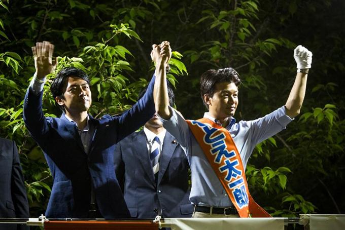 Tỷ phú Taichiro Motoe (trái) và Shinjiro Koizumi, con trai của cựu Thủ tướng Nhật Bản Junichiro Koizumi trong chiến dịch bầu cử Thượng viện bên ngoài một nhà ga ở Chiba, Nhật Bản vào ngày 8/7/2016. Ảnh: Forbes.