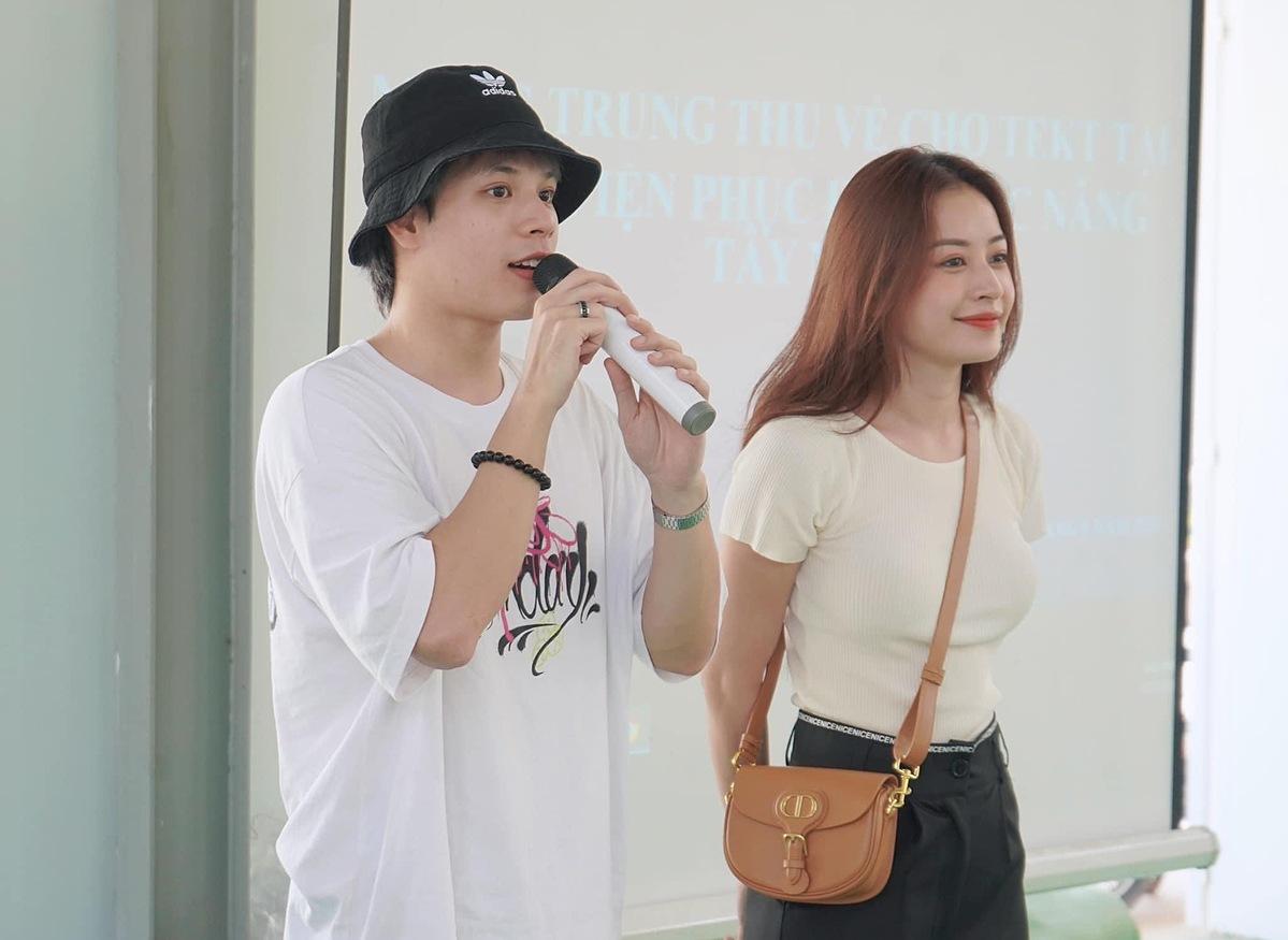 Trước đó, cô ăn mặc giản dị, gửi tặng 700 phần quà ở bệnh viện phục hồi chức năng Tây Ninh.