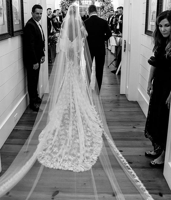 Cặp đôi chia sẻ những bức ảnh cưới lãng mạn.