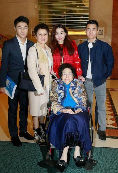 Gia đình bà Lương An Kỳ bên người chị gái của ông Hà Hồng Sân, bà Hà Uyển Hồng.