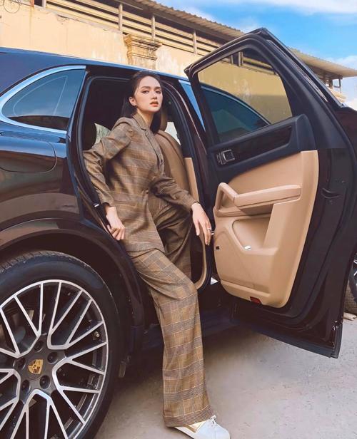 Suit ca rô vừa trẻ trung vừa thanh lịch được hoa hậu Hương Giang mix cùng giày thể thao tông trắng của Louis Vuitton.