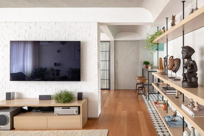 Vì thế, nhóm KTS đã đưa ra phương án phá bỏ bớt tường ngăn, tạo ra các luồng thông gió chéo, giúp ánh nắng len lỏi trong các không gian của căn hộ. Phòng ngủ thứ ba được phá bỏ, biến thành bếp và khu ăn, ngăn cách với phòng khách bằng một tường nhỏ nơi đặt TV.