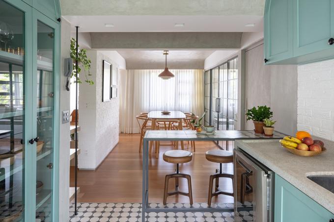 Bên cạnh bếp là một bàn nhỏ để gia chủ ăn sáng hoặc dùng bữa ăn nhẹ.