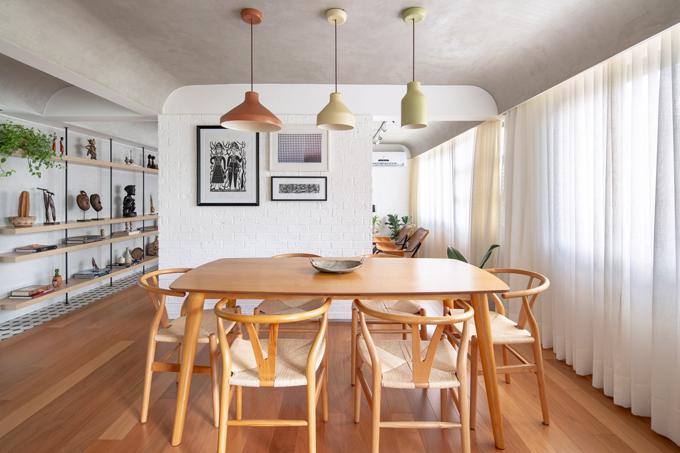 Việc lựa chọn vật liệu đã tính toán đến chất lượng, độ bền, dễ bảo trì cũng như cảm xúc mà vật liệu truyền tải tới người sử dụng. Ý tưởng về vật liệu hữu cơ, kết nối thiên nhiên được hiện thực hóa ở căn hộ với việc sử dụng gỗ, xi măng, gạch.