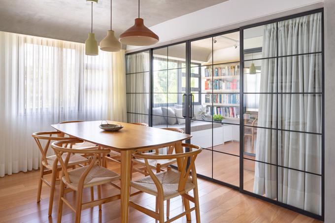 Cặp Brazil mong muốn căn hộ chỉ có các đồ đạc thiết yếu. Vì vậy, dù là những người thích đọc sách, gia chủ sẵn sàng cho đi những cuốn sách, quần áo và những thứ gì không còn dùng đến.