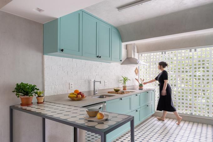 Gia chủ thích nấu ăn, hay tiếp đãi bạn bè, vì vậy rất quan tâm tới bếp. Cạnh bếp là tường có lỗ vuông, giúp điều hòa không khí.