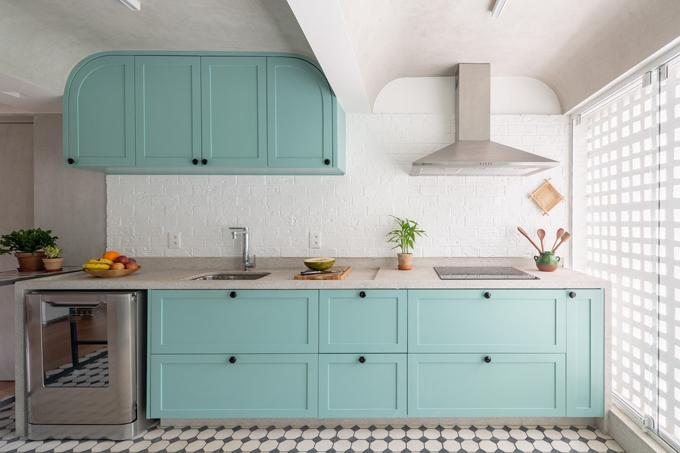 Căn bếp được thiết kế có tông màu tự nhiên, trung tính, có kết cấu mộc mạc gồm gạch trắng, xi măng và gỗ. Những ký ức thời thơ ấu của gia chủ được tái hiện thông qua các vật liệu truyền thống trên cùng màu sắc, hình dạng của bếp. Kiến trúc nhà ở Địa Trung Hải với mái vòm, chiếc bếp ấm áp của người bà, những vật lưu niệm giúp tạo tính gắn kết giữa căn hộ và gia chủ.