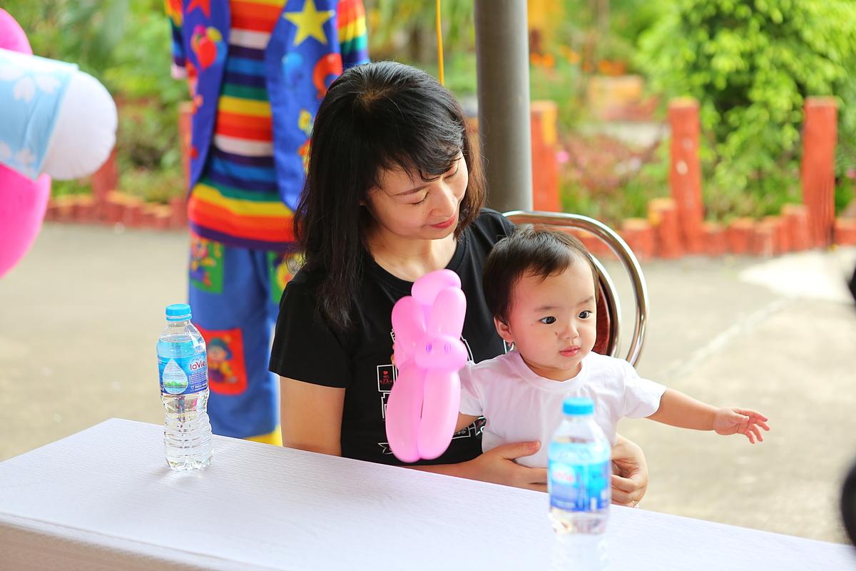 Các em bé ở Cô Nhi Viện rất thích được bế bồng và yêu thương.