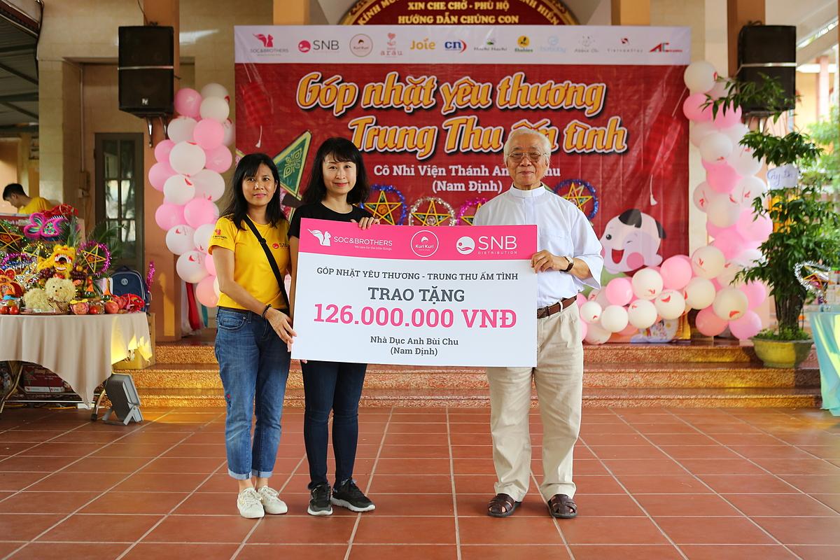 Đại diện Soc&Brothers trao tặng quà cho các bé tại cô nhi viện Thánh An Bùi Chu.. Số quà tặng này đến từ sự chung tay quyên góp của Soc&Brothers và các cá nhân, tổ chức doanh nghiệp khác trong suốt thời gian diễn ra chiến dịch Góp nhặt yêu thương - Trung thu ấm tình. Đó là Công ty Vietnamstay, Việt Hạ Chí, Dành cho bé yêu, Kena house, Cực Nam; nhãn hàng Glico, Joie, Arau, Egao; thương hiệu thời trang cho bé Abbie Oh, BU Baby, Công ty Dược phẩm và thiết bị y tế ACA...