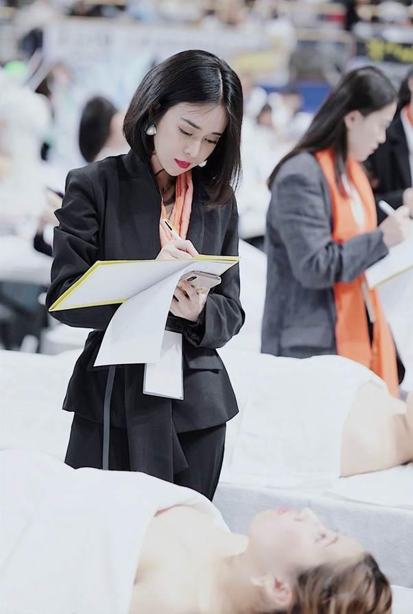 Linh làm giám khảo cuộc thi làm đẹp tại Hàn Quốc.