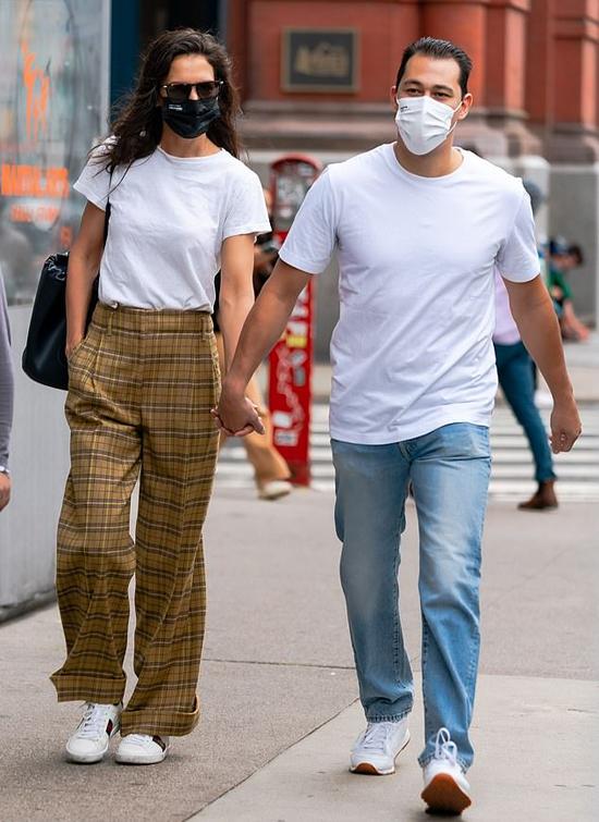 Katie Holmes và Emilio Vitolo Jr. nắm tay nhau đi dạo vào sáng thứ năm.