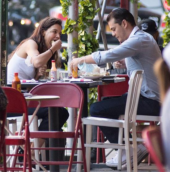 Bà mẹ một con không rời mắt khỏi chàng người tình 33 tuổi khi họ thưởng thức bữa trưa tại một nhà hàng ở New York.
