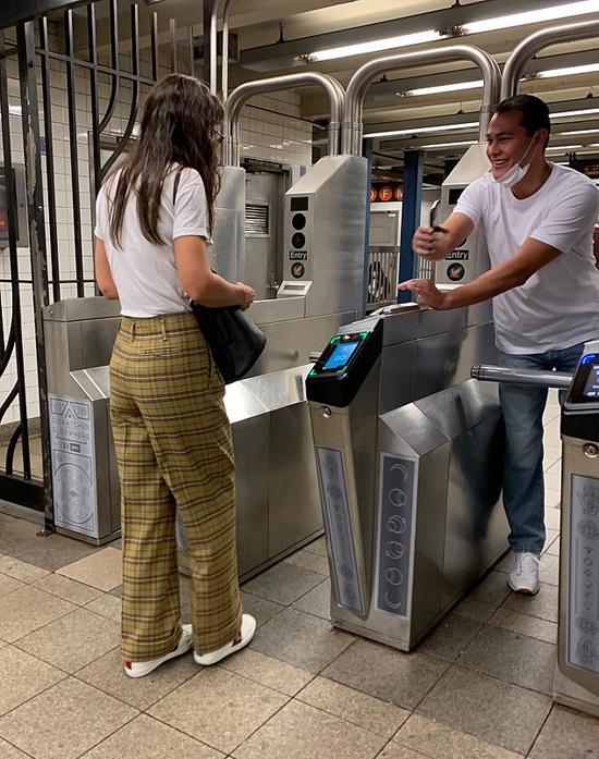 Họ không đi chơi bằng xế hộp của Emilio Vitolo Jr. như thường lệ mà chọn tàu điện ngầm để di chuyển quanh thành phố.