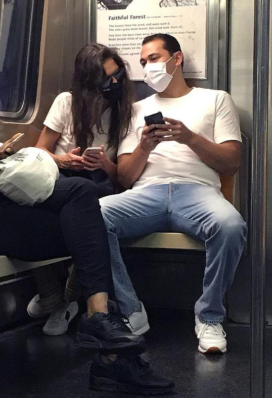 Đôi uyên ương ngồi sát nhau tình tứ trên tàu.