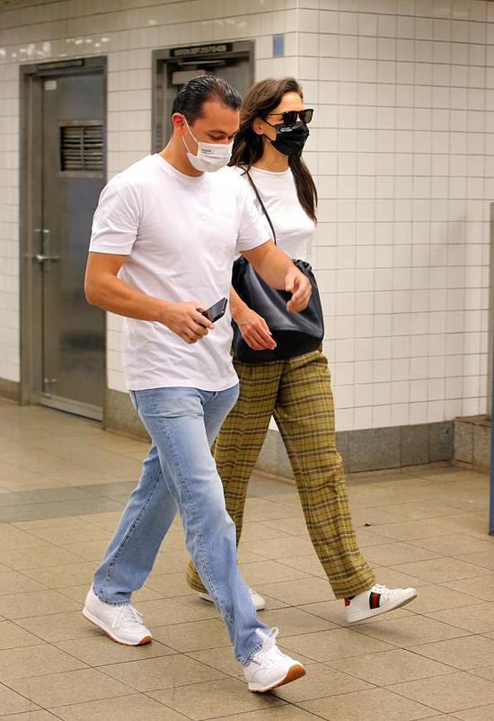 Cặp đôi mặc trang phục trẻ trung, đồng điệu.