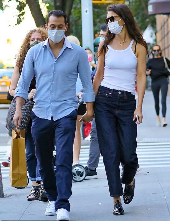 Một ngày trước đó, Katie và người yêu tản bộ đi mua sắm cùng nhau.