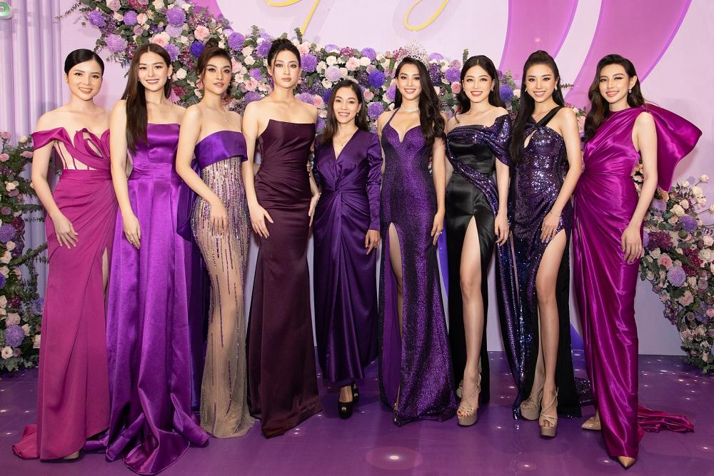 Các người đẹp chụp ảnh cùng bà Phạm Kim Dung - Phó Trưởng BTC Hoa hậu Việt Nam 2020 (thứ 5 từ trái qua).