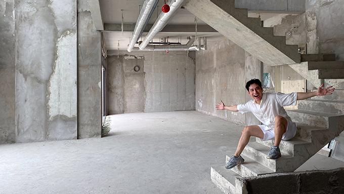 Căn hộ có tổng diện tích mặt sàn là 234 m2, có khoảng thông tầng. Dino nhận công trình thô 100% và đã dành hơn 2,5 tháng thảo luận cùng kiến trúc sư để tìm ra phương án thiết kế không gian sống hợp lý.