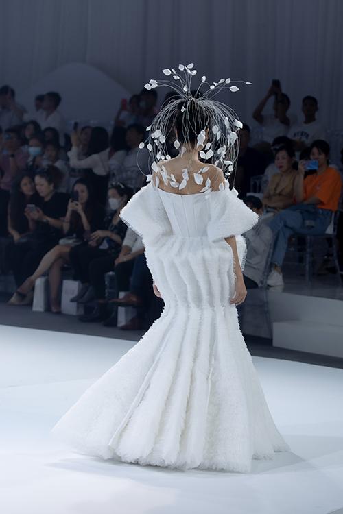 Phía đằng sau của tác phẩm váy cưới.