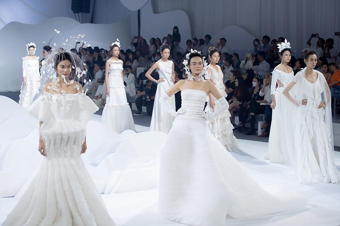 Sáng 3/10, Trương Thanh Hải đã đem đến 40 thiết kế mới nhất cho mùa cưới xuân hè 2021 trong khuôn khổ triển lãm cưới diễn ra tại TP HCM. NTK đã vẽ nên câu chuyện tình yêu bất diệt đôi lứa thông qua các tác phẩm váy cưới. Ở bộ sưu tập lần này, Trương Thanh Hải muốn đem đến sự sáng tạo tối đa cho váy cưới cô dâu, thoát khỏi lối mòn, đem lại cái nhìn hiện đại, nghệ thuật, mở ra xu hướng mới cho địa hạt thời trang cưới.