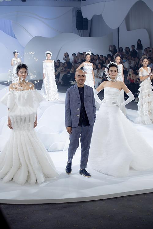 NTK Trương Thanh Hải ra chào kết bộ sưu tập cùng dàn người mẫu.