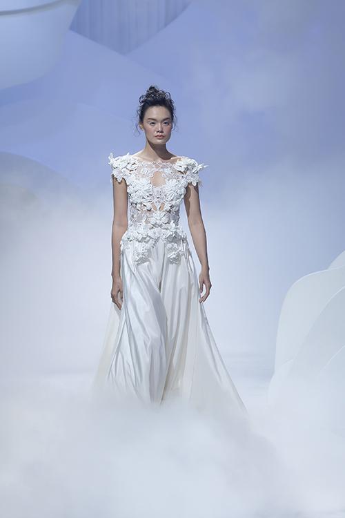 NTK Trương Thanh Hải chú trọng xây dựng váy cưới mang những phom dáng riêng biệt, hoạ tiết gây ấn tượng thị giác, làm mãn nhãn giới mộ điệu. Mở màn của bộ sưu tập là áo cưới điêu khắc hoa nổi 3D, chân váy taffeta tùng xoè rộng do người mẫu Thanh Thảo trình diễn.